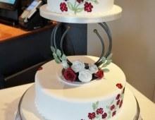 two-tier-pillar-burgundy-white-wed